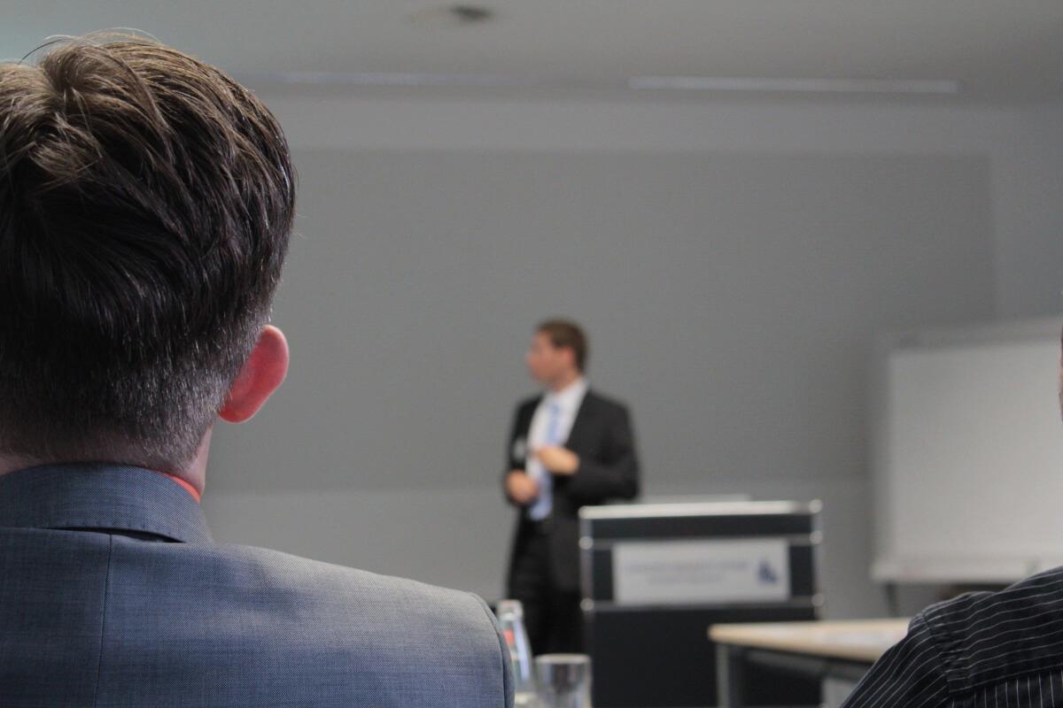 Ponente utilizando productos de comunicación durante su conferencia
