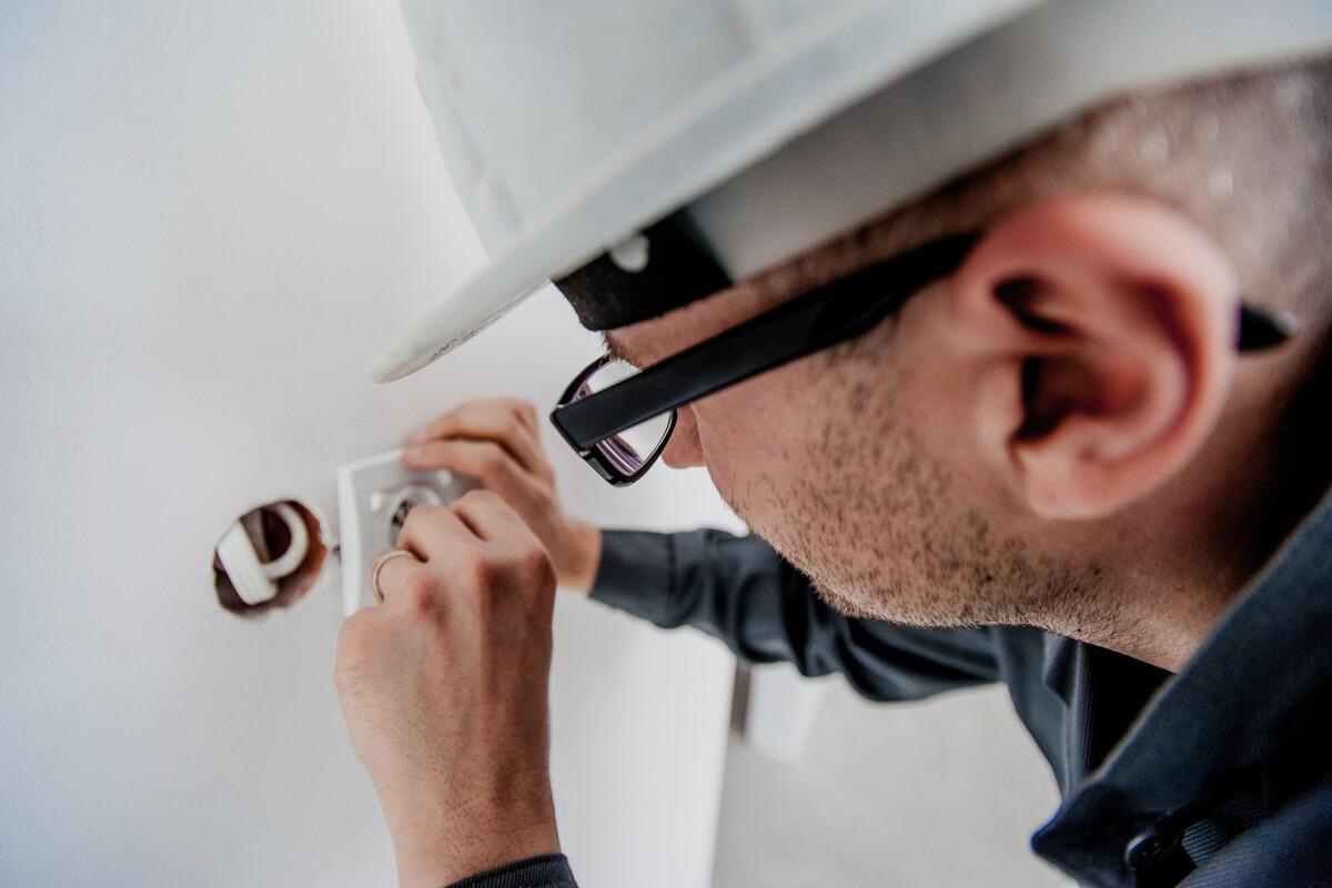 Electricista utilizando materiales de construcción