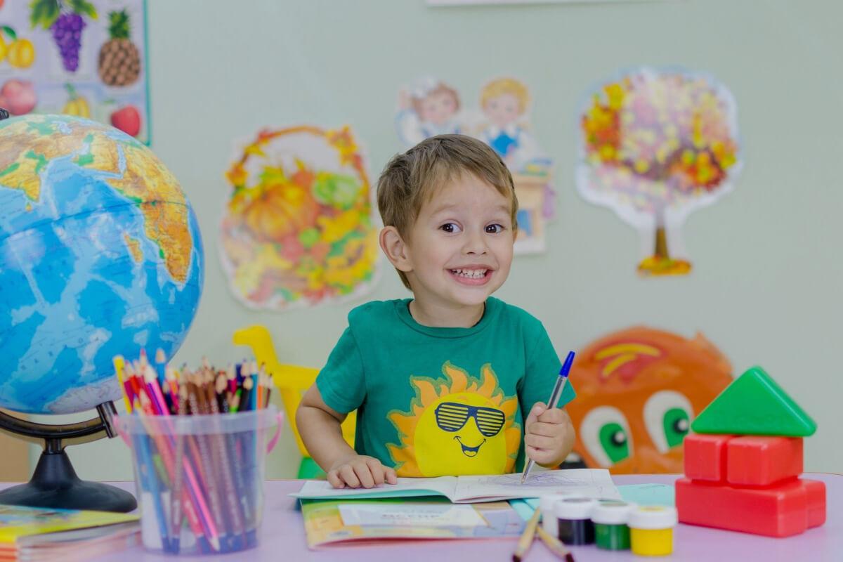 Niño con productos de material escolar
